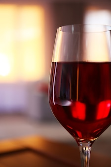 Bicchiere di vino rosso su superficie sfocata