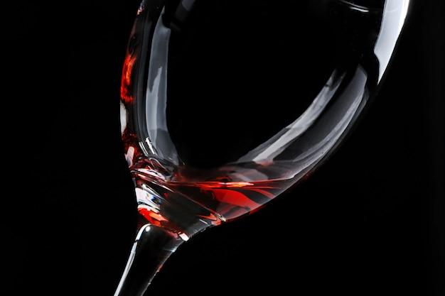 Bicchiere di vino rosso su oscurità