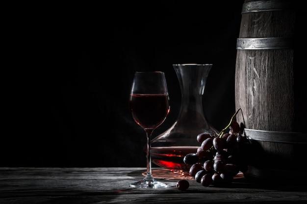 Bicchiere di vino rosso, decanter e una sbarra