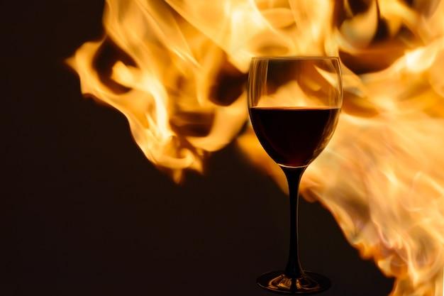 Bicchiere di vino rosso al fuoco