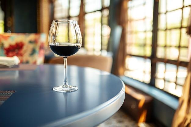 Bicchiere di vino rosso sul tavolo del ristorante