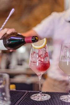 Bicchiere di sangria di vino rosso in un ristorante