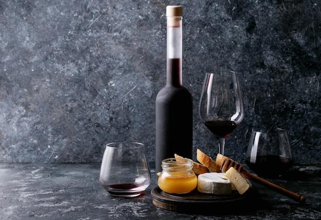 Bicchiere di vino rosso servito con formaggio