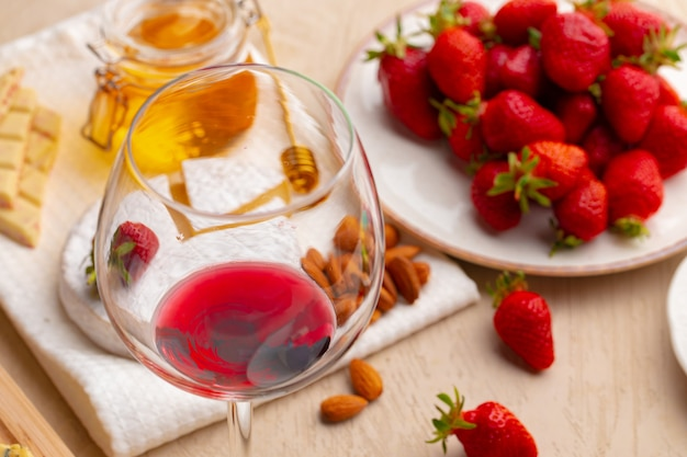 Bicchiere di vino rosso con antipasto sul tavolo vicino foto