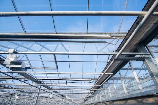 Tetto in vetro con apparecchi di illuminazione in una serra moderna