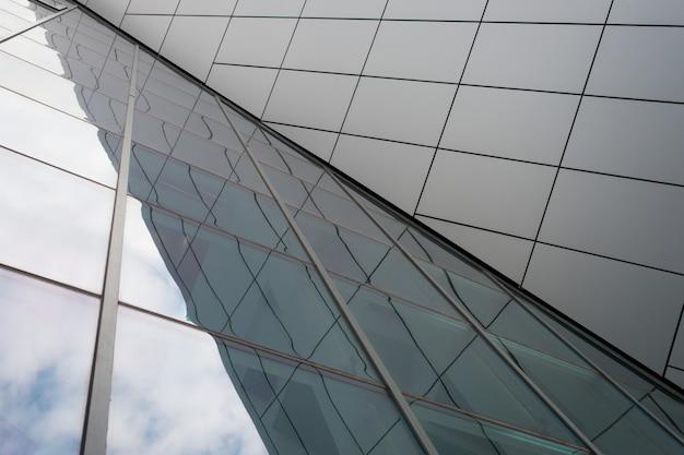 Tetto in vetro con riflesso del cielo