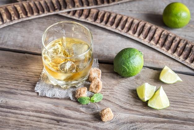 Bicchiere di rum sullo sfondo di legno