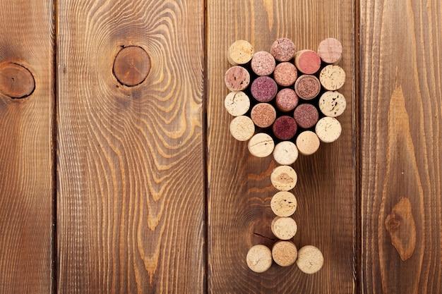 Tappi per vino a forma di vetro su sfondo tavola in legno rustico. vista dall'alto con copia spazio