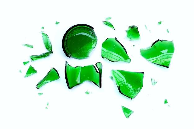 Cocci di vetro isolati su sfondo bianco.