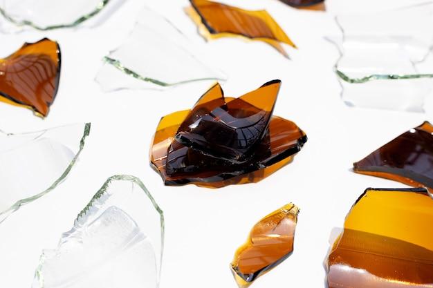Frammenti di vetro isolati su superficie bianca