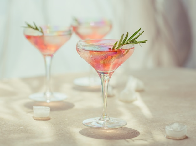 Bicchiere di cocktail alla fragola o mocktail, rinfrescante bevanda estiva con ghiaccio tritato e acqua frizzante