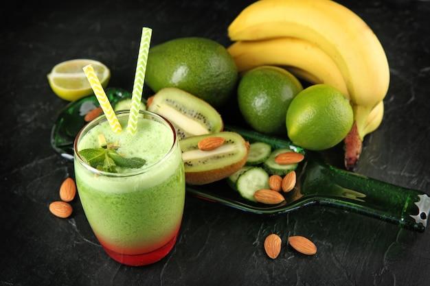 Bicchiere di gustoso frullato di avocado sul tavolo
