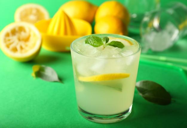 Bicchiere di gustosa limonata fredda