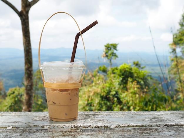 Un bicchiere di tè tailandese su una montagna nel parco nazionale di khao yai
