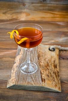 Bicchiere di cocktail tipperary guarnito con twist d'arancia