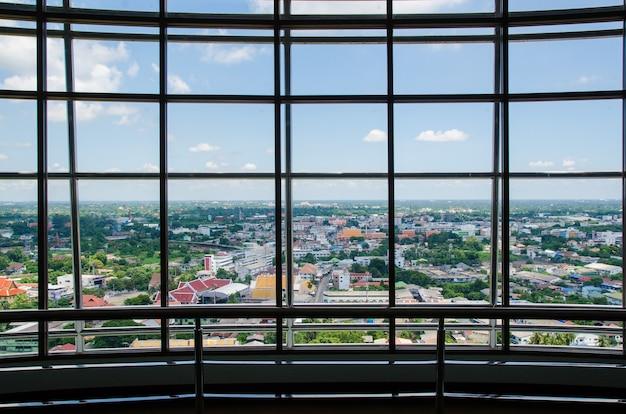Parete di vetro dell'edificio per uffici vista sulla città