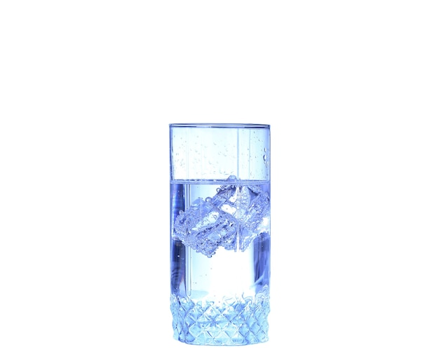 Bicchiere d'acqua, ghiaccio e fetta di limone fresco su uno sfondo bianco