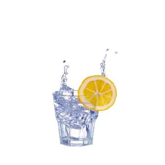 Bicchiere d'acqua, ghiaccio e fetta di limone fresco su bianco