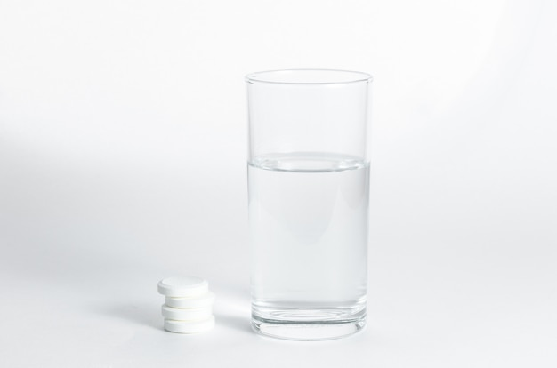 Bicchiere d'acqua e compresse effervescenti solubili