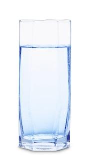 Bicchiere d'acqua con bolle isolati su sfondo bianco