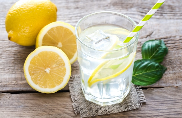 Bicchiere d'acqua con succo di limone fresco
