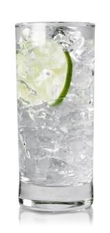 Bicchiere d'acqua con cubetti di ghiaccio e lime