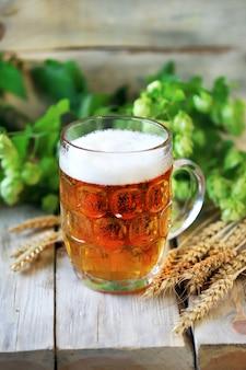 Interi Luppoli In Borsa Sulla Vecchia Tavola Di Legno Brewery Ingredienti Birra Sacco Di Luppolo Su Tavole Vintage Foto Premium