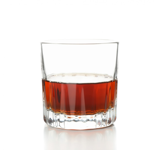 Bicchiere di whisky isolato su sfondo bianco.