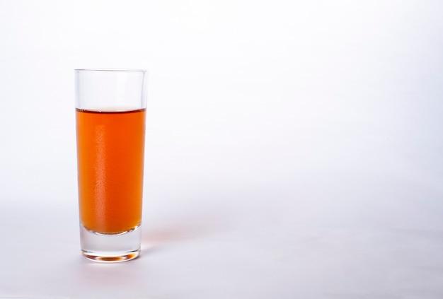 Bicchiere di whisky e brandy isolato su uno sfondo bianco