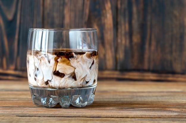 Bicchiere di cocktail russo bianco. unendo vodka, liquore al caffè e panna.