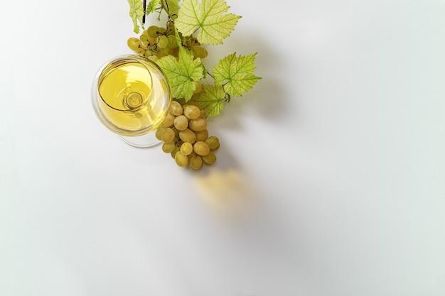 Bicchiere di vino bianco sulla tavola di legno d'epoca. vista dall'alto. Foto Premium