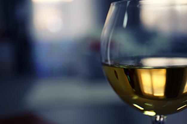 Bicchiere di vino su sfondo sfocato