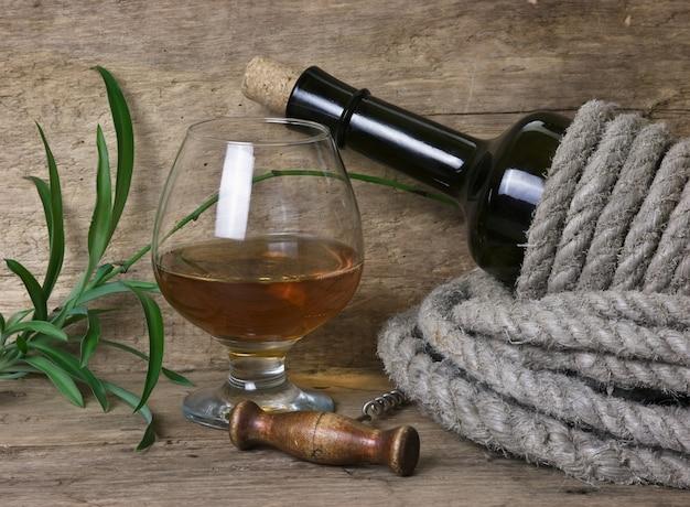 Bicchiere di vino e una bottiglia sul tavolo