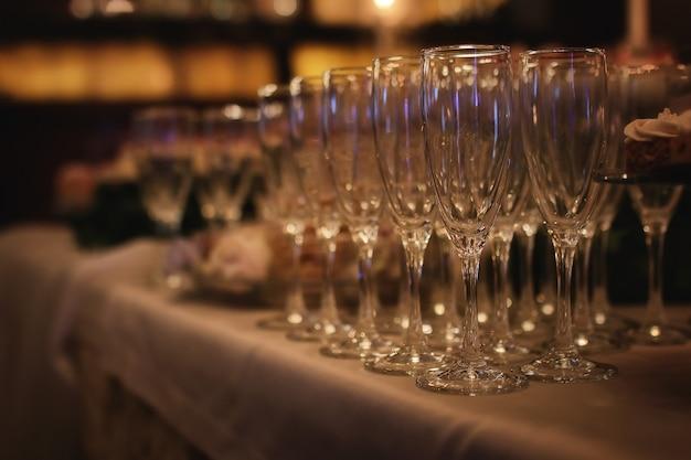 Bicchieri da vino in vetro sul tavolo serviti per il ricevimento nel ristorante