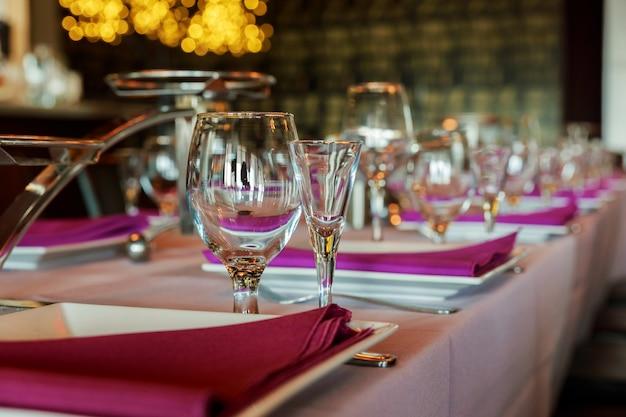 Bicchieri da vino in vetro sul tavolo serviti per la reception del ristorante Foto Premium