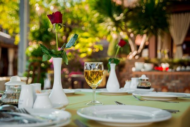 Bicchiere di vino sulla tavola servita. ristorante.