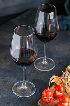 Bicchiere di vino e una porzione di piatto di formaggio tartine snack