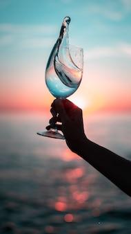 Bicchiere di vino all'alba
