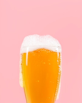 Vetro con birra con schiuma