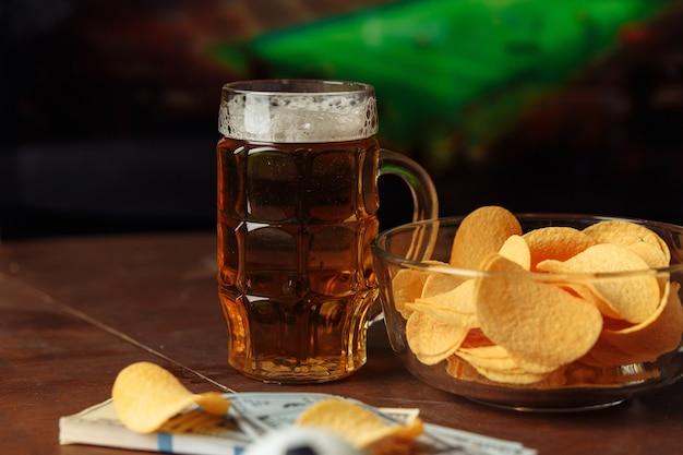 Vetro con birra e spuntino. concetto di tifosi di calcio. guardare il calcio a casa.