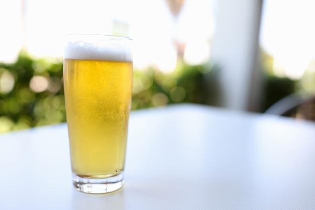 Vetro con birra sul tavolo