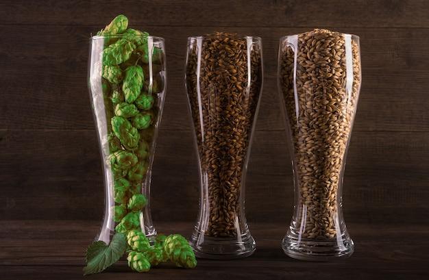 Bicchiere con luppolo e grano