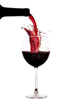 Bicchiere con ghiaccio e spruzzi di vino