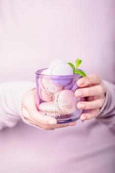 Bicchiere con amaretti in mano, vetreria in vetro riciclato