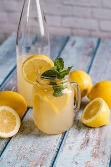 Bicchiere con succo di limone naturale