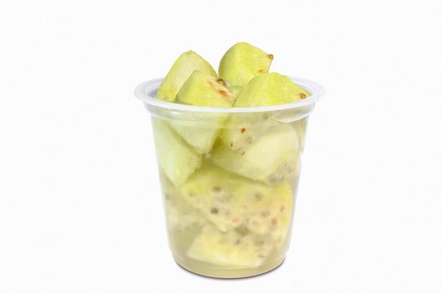 Bicchiere con pezzi di frutta nopal