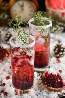 Bicchiere con melograno margarita con mirtilli rossi canditi, rosmarino. cocktail perfetto per una festa di natale