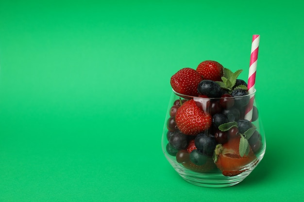Bicchiere con ingredienti frullato su sfondo verde