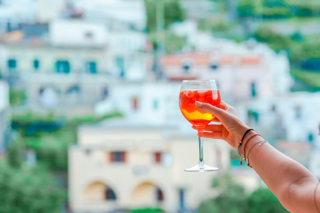 Vetro con spritz aperol bevanda alcolica nel bellissimo borgo antico italiano sulla costiera amalfitana