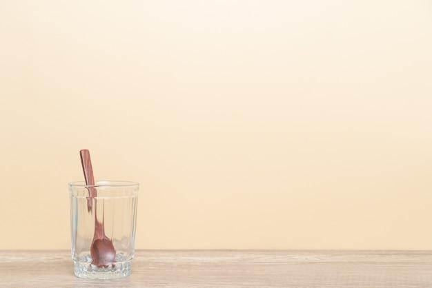 Cucchiaio di vetro e legno con copia spazio vuoto per il tuo design.
